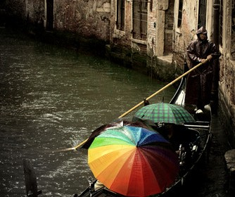 gondola colorata venezia